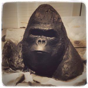 La tête du gorille est cassée, il manque beaucoup de matière